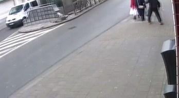 En video: le asesta violento puñetazo a una mujer