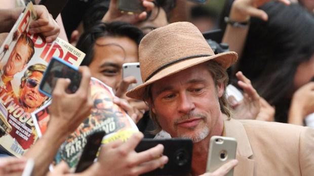 Brad Pitt se deja abrazar por el público mexicano