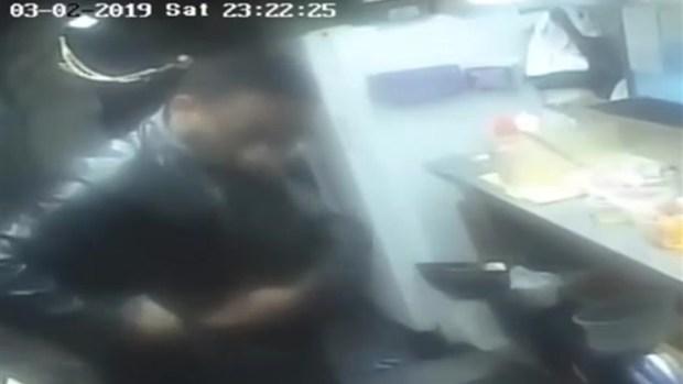 [TLMD - Houston] Roba taquería y obliga a quitar ropa a empleadas: policía