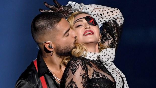 Maluma le planta intenso beso a Madonna en los Premios Billboard