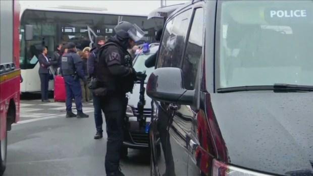 Hombre armado ataca a oficiales de policía en norte de París — URGENTE
