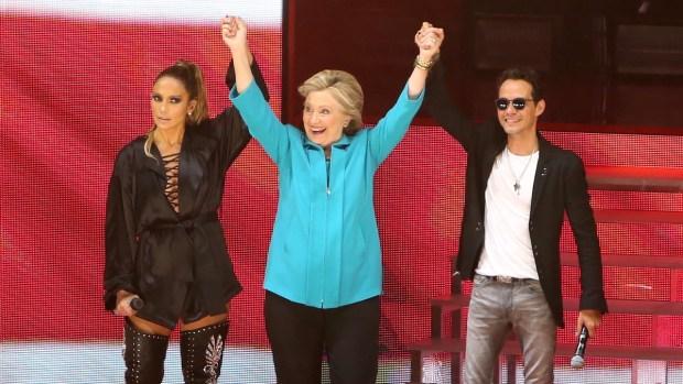 Bajo la lluvia, JLo y Marc Anthony cantan con Clinton