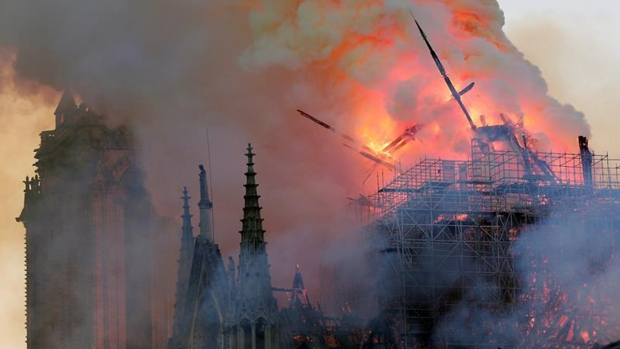 Arde catedral Notre Dame; salvan estructura principal