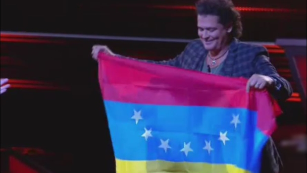 Le regalan a Carlos Vives una bandera de Venezuela de 7 estrellas en La Voz