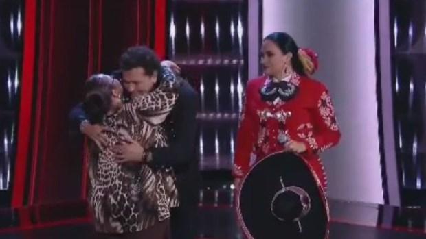 """[TLMD - NATL] Carlos Vives se gana el apodo de """"el besucón"""" en """"La Voz"""""""