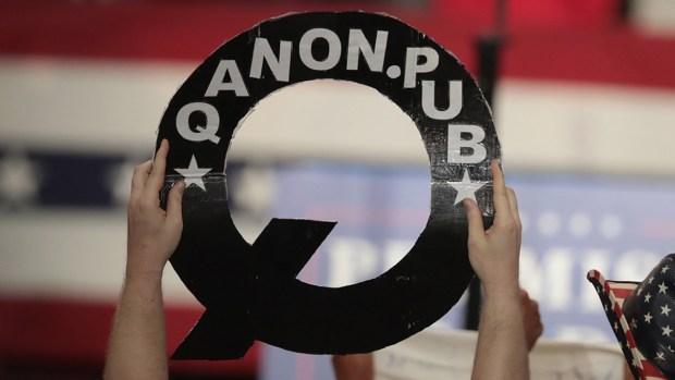 """¿Qué es la extraña letra """"Q"""" en los eventos de Trump?"""