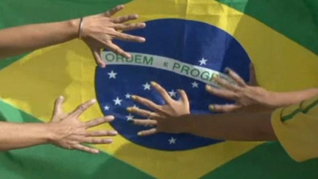 Video: Familia con 6 dedos, talismán de Brasil
