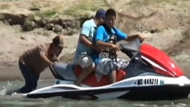 Video: Inmigrantes cruzan el Río Bravo en jet ski