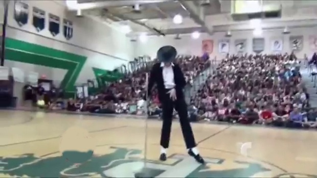 Video: Joven baila igual que Michael Jackson