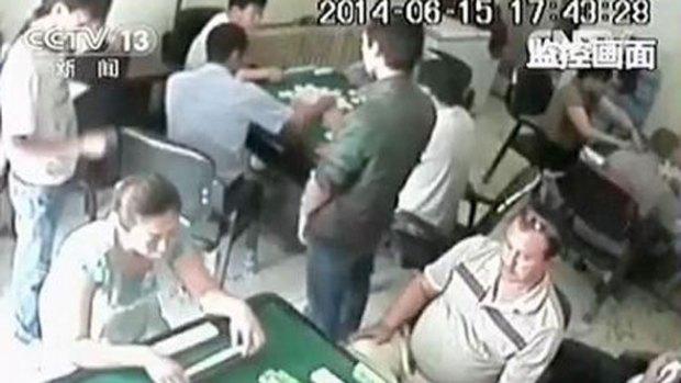 Video: Hacha, bates y muerte en salón de juegos