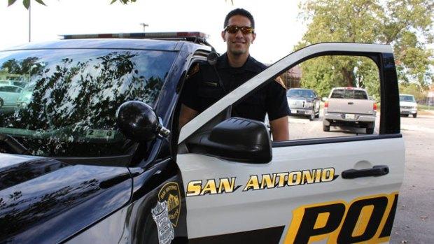 Fotos: Guapo policía de San Antonio alborota Facebook