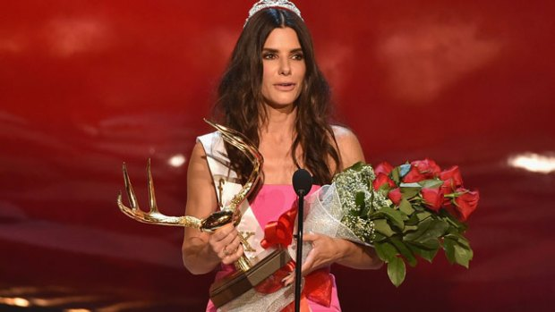 Video: Sandra Bullock cumple 50 con tanga