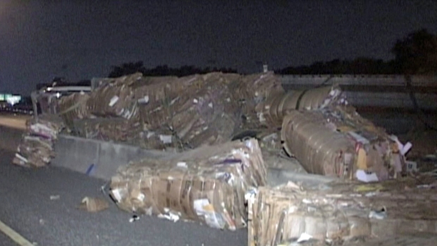 Fotos: Tráiler derrama toneladas de cartón en la 281