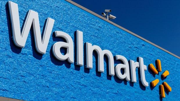 """""""Milagro"""" navideño en Walmart: misterioso """"Santa"""" paga miles de dólares en regalos"""