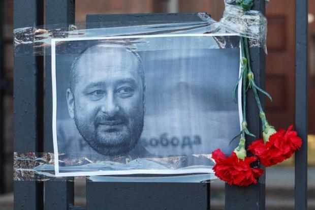 Periodista que fingió su asesinato en un charco de sangre de cerdo da más detalles