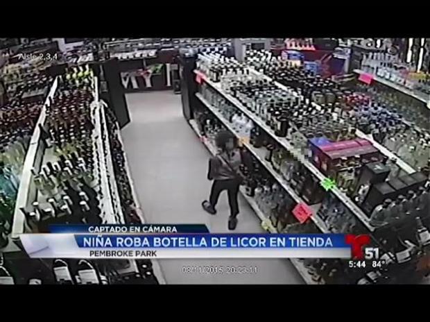 Captado en cámara: niña roba botella de tequila