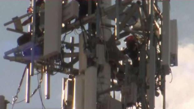 [TLMD - SA] Bomberos rescatan empleado atrapado en torre telefónica