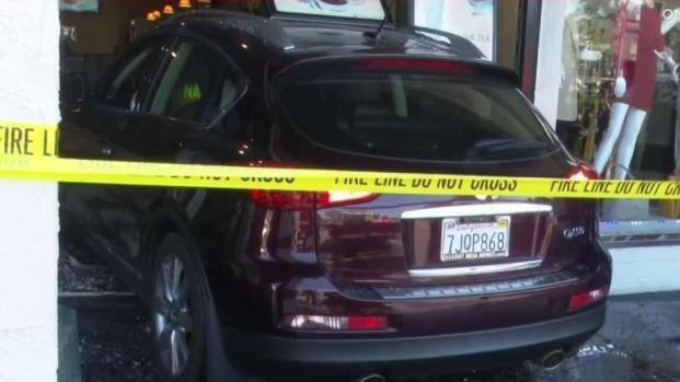 [TLMD - SD] Conductora choca contra restaurante en National City