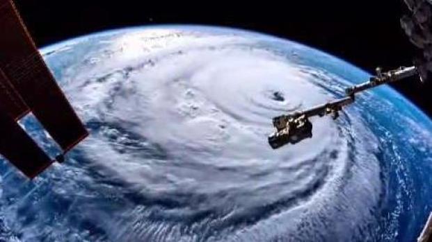 Trump sugiere atacar a bombazos a los huracanes