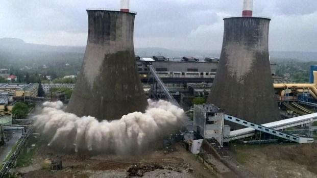 [TLMD - LV] En video: impresionante demolición de planta eléctrica en Polonia