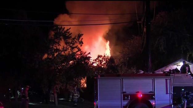 Bomberos encuentran un cuerpo en casa incendiada