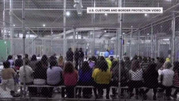 Decenas de niños migrantes llegan a refugios en SA