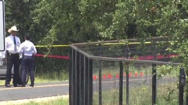 Empleado de FedEx encuentra cadáver de un hombre hispano