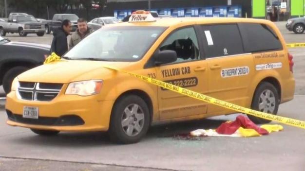 Identifican a taxista baleado a muerte frente a tienda