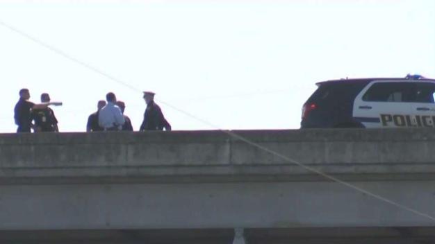 Hombre muere tras ser baleado por cuatro oficiales