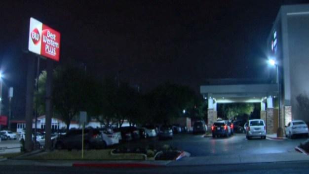 Un muerto y mujer herida en balacera en hotel