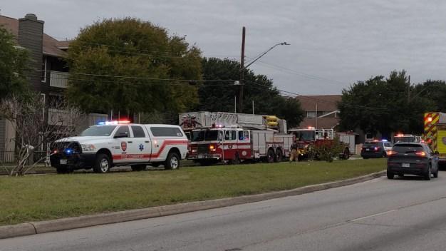 Incendio obliga a residentes a abandonar apartamentos