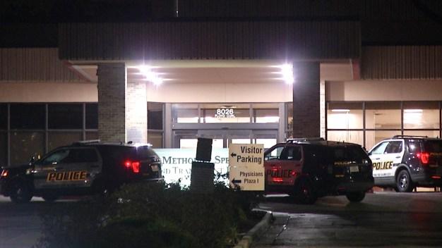 Hombre es apuñalado en plena sala de emergencias