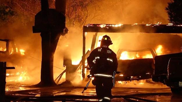 Cinco heridos en masivo incendio en un hogar