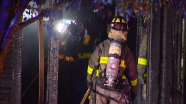 Vecino rescata a 11 personas de voraz incendio