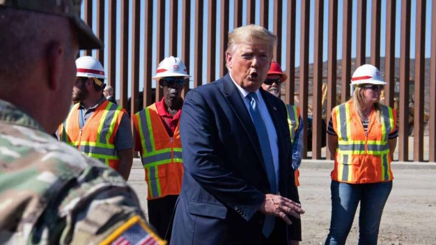 Trump visita sección de muro fronterizo en California}