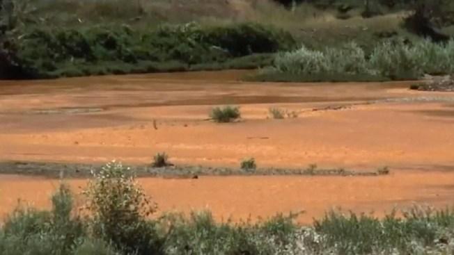Desastre ambiental tiñe un río de naranja