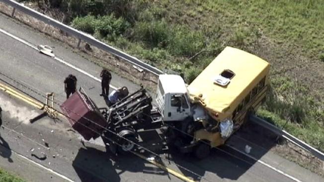 Mortal choque entre un camión y un bus escolar