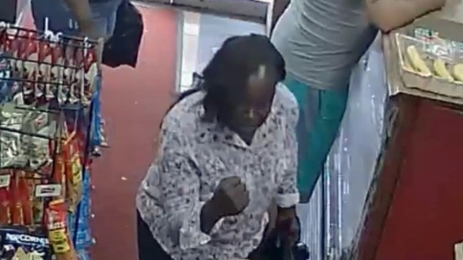 Policía: Mujer ataca a niño a puñetazos y huye