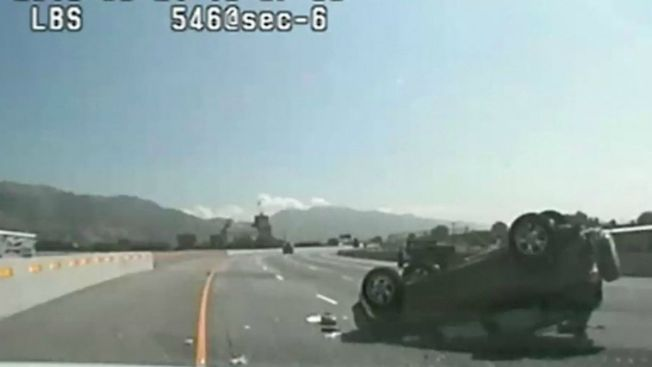 Video: Policía choca a conductora para atraparla