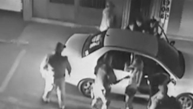 En Video: Policías patean en el piso a conductor