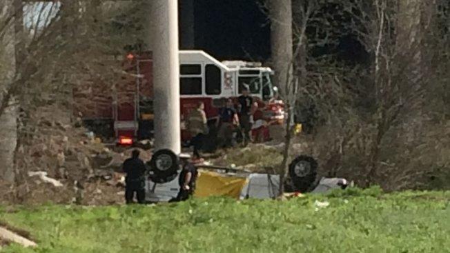 Camioneta cae de puente en la autopista 281