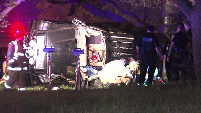 Auto cae encima de conductor tras accidente