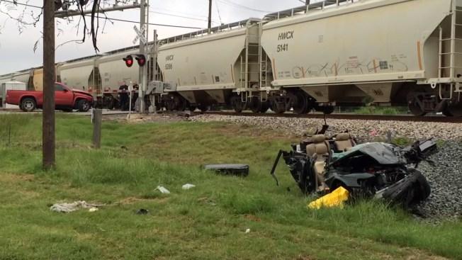 Tras chocar de frente, auto es arrollado por tren