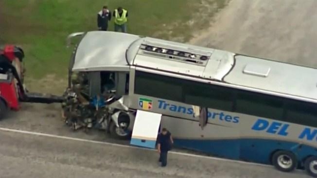 Chofer y pasajero mueren en choque de autobús
