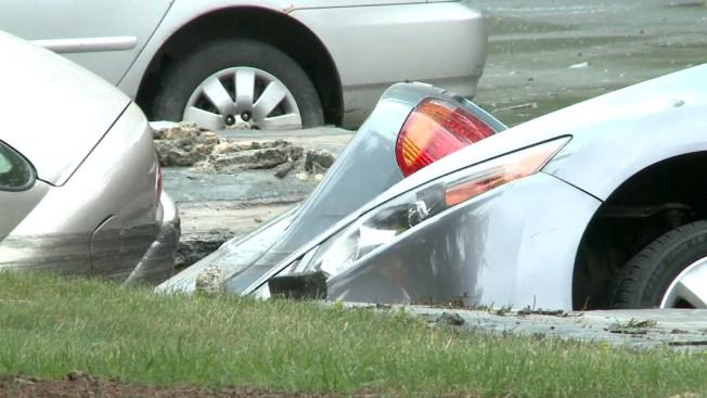 Wisconsin: agujero se traga tres autos