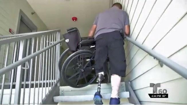 Discapacitado forzado a cargar su silla de ruedas