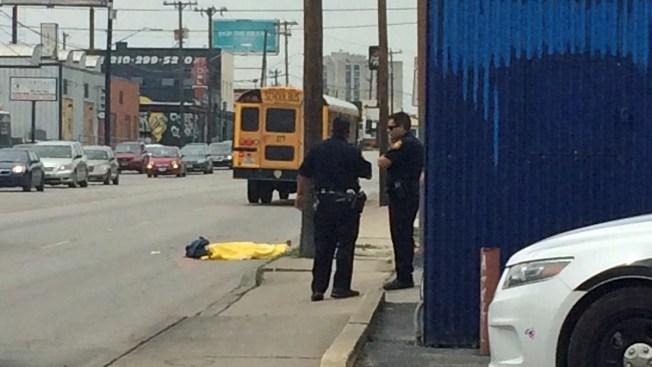 Peatón muere arrollado por camión escolar