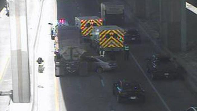 Auto queda atrapado bajo tráiler en la I-10