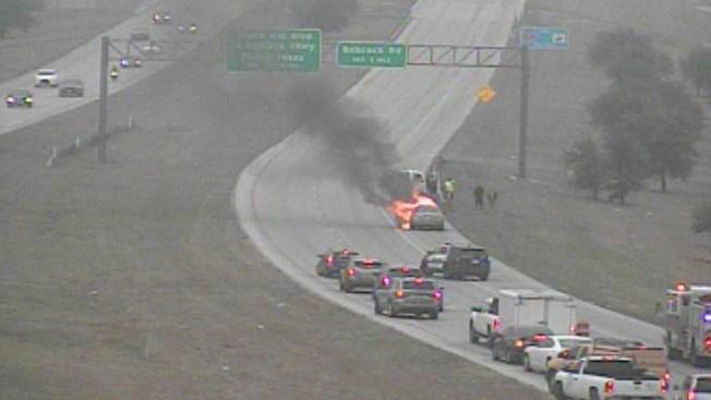 Auto en llamas causa cierre en el Loop 1604