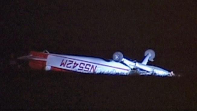 Piloto queda atrapado al voltearse avión